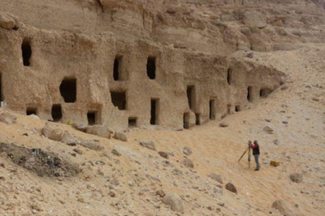 В Египте археологи обнаружили 300 гробниц, высеченных прямо в скале