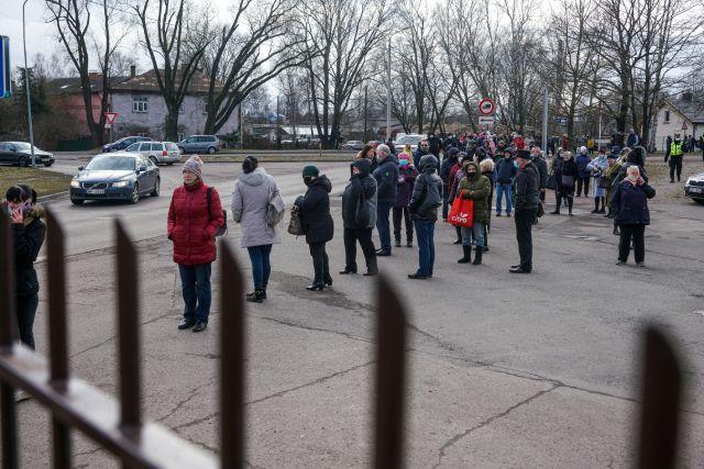 Люди стоят в очереди в магазин российской торговой сети «Светофор» (Mere) в Риге. «Светофор» — это сеть из более 1500 магазинов в России и других странах, торгующих товарами по низким ценам для людей с небольшим  доходом.