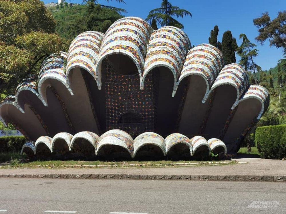 Автобусные остановки в Абхазии сделаны по эскизам Зураба Церетели.