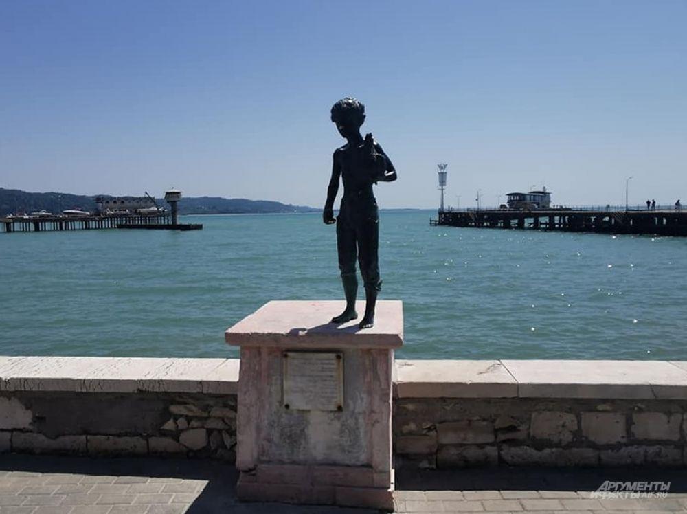 Таких скульптур на набережной Сухума несколько