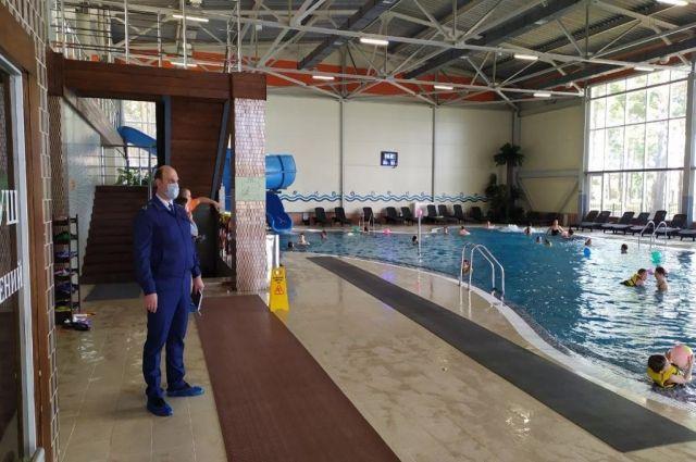Дети до 8 лет допускались в бассейн без спасжилетов, в помещении отсутствовал инструктор.