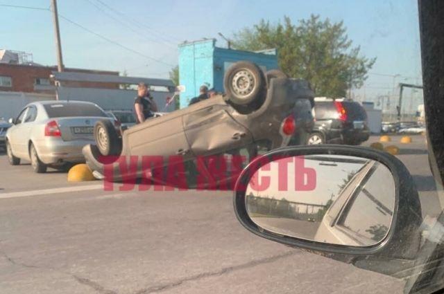 В Туле перевёрнутый после ДТП автомобиль врезался в стоящий рядом