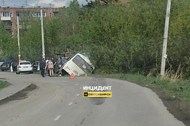 Под Новосибирском пассажирский автобус опрокинулся в канаву