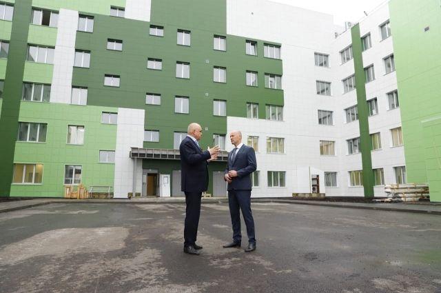 Сергей Цивилев совместно с первым заместителем министра здравоохранения России Виктором Фисенко посетил стройплощадку новой инфекционной больницы в Новокузнецке.