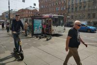 На оживленных тротуарах в центре города самокатчики становится реальной проблемой.
