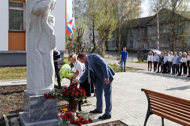 Жители Сыктывкара несли цветы и игрушки к памятнику с символичным названием «Учителю с любовью». Он был открыт восемь лет назад.