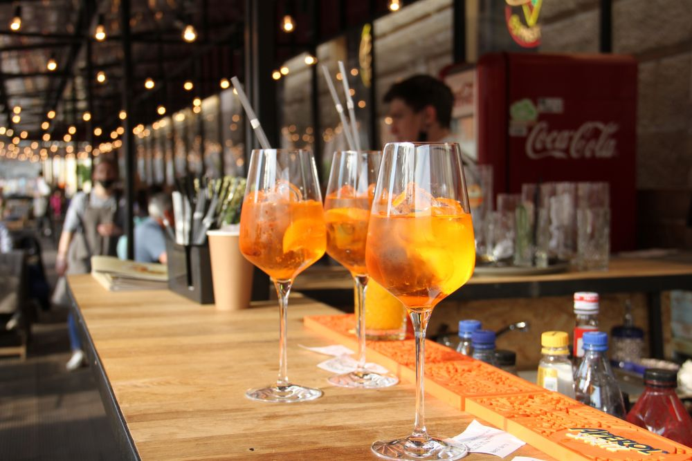 Янтарные напитки в закатном солнце освежают и бодрят.