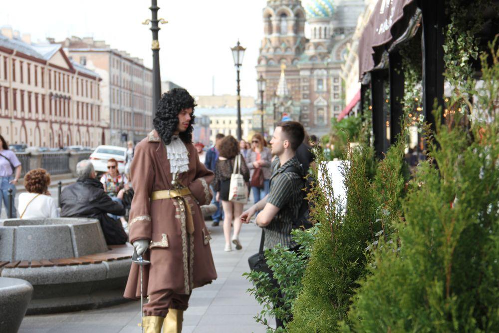 Не стоит забывать: Петербург - город контрастов. Отдыхая на веранде, можно наблюдать диалог Петра I и горожанина XXI века.