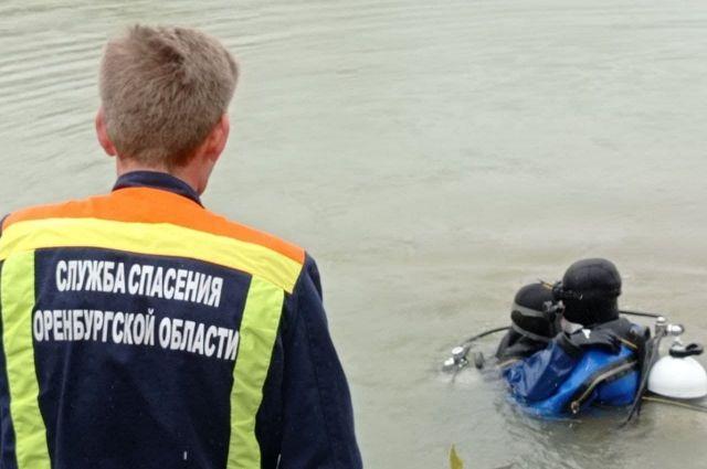 Водолазы аварийно-спасательной службы Оренбургской области ищут тело утонувшего в озере Малахово.