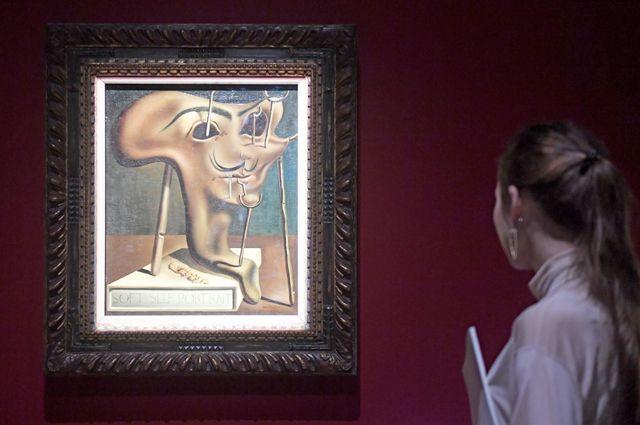 «Мягкий автопортрет сжареным беконом» наоткрытии выставки «Сальвадор Дали. Магическое искусство» вЦентральном выставочном зале «Манеж» вМоскве.