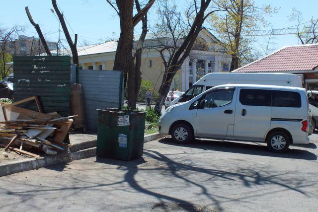 За парковку, мешающую вывозу ТКО, будут штрафовать.
