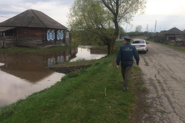 Вода подошла к жилым домам на уровень фундамента.