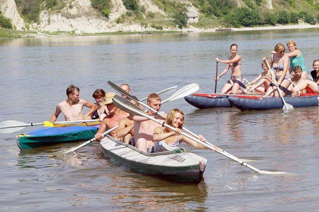 В загородных лагерях возможен и отдых на воде – конечно, под присмотром взрослых.