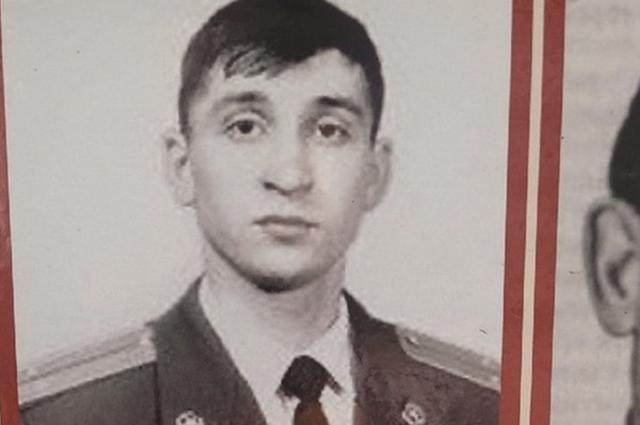 На плакате среди фронтовиков — герой боевых действий в Дагестане в 90-х годах, офицер Роман Сидоров, погибший в 1999 году около села Тандо.