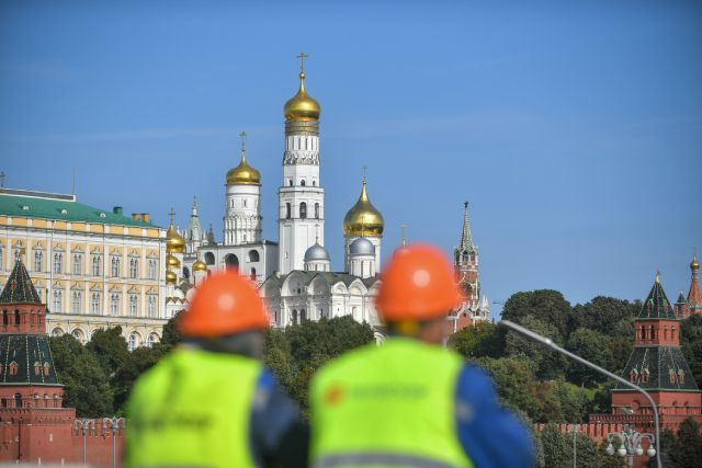 Рабочие во время ремонта Большого Каменного моста в центре Москвы.
