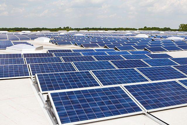 Солнечная батарея на крыше здания.