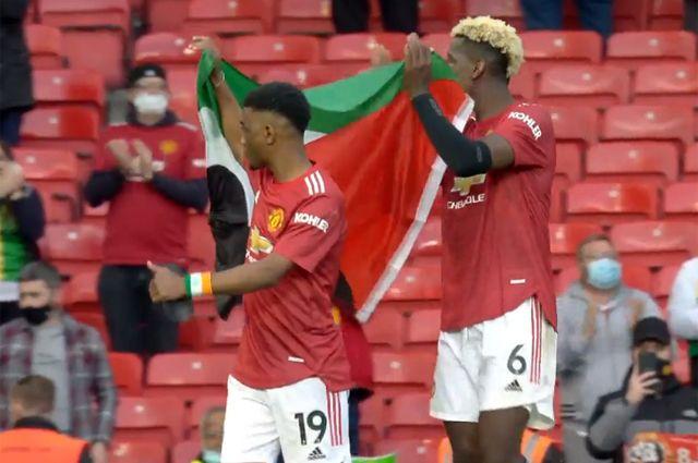 Футболисты «Манчестер Юнайтед» Поль Погба и Амад Диалло в поддержку палестинской автономии вынесли на поле ее флаг.