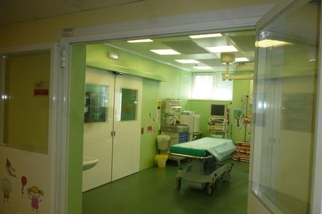 Противошоковый кабинет, где проводили реанимацию самого первого раненого школьника из школы №175. Слева - двери в операционную.