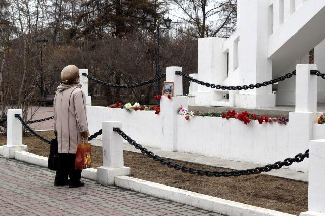 Неделю северяне несли к памятнику жертвам интервенции свечи, цветы и игрушки.