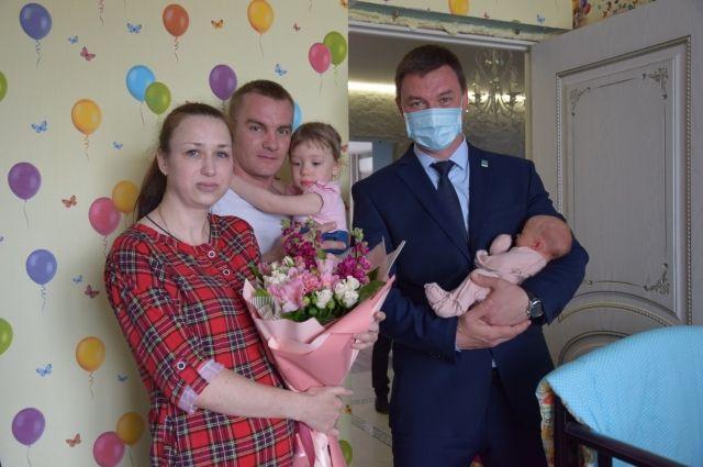 Андрей и Татьяна Шамраевы (на фото слева) стали родителями четверни.