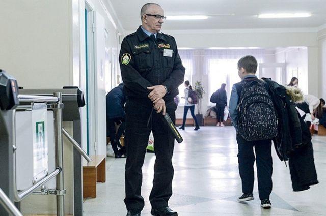 Охранять учебные заведения вскоре могут начать профессионально обученные сотрудники Росгвардии. Пока же на входе в основном стоят вахтёры-пенсионеры.