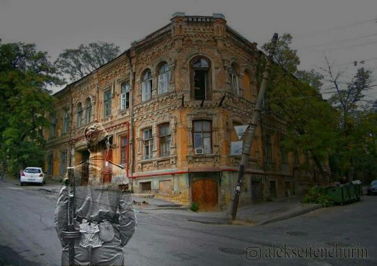 Солдат из прошлого смотрит на свой старый дом в Ростове