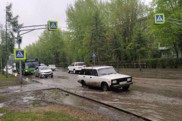На дорогах в дождь водителям нужно быть осторожными.