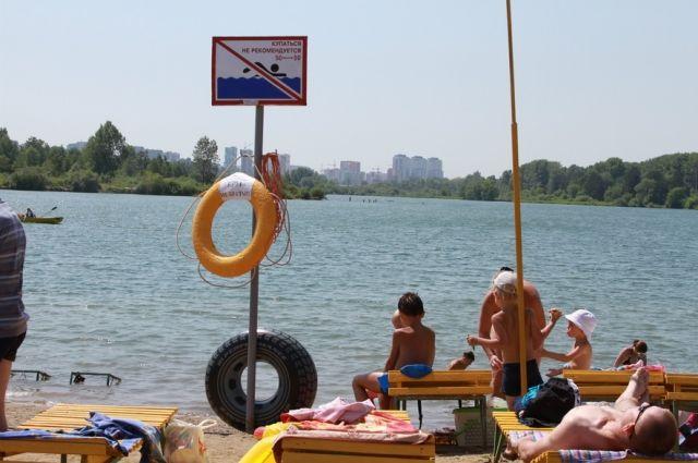 Ранее на Красном озере был обустроен пляж.