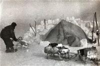 Участники экспедиции построили стену из снежных кирпичей.