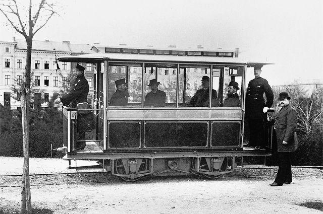 Братья фон Сименс открыли первую трамвайную линию в Берлине в 1881 г., воспользовавшись изобретением Фёдора Пироцкого.