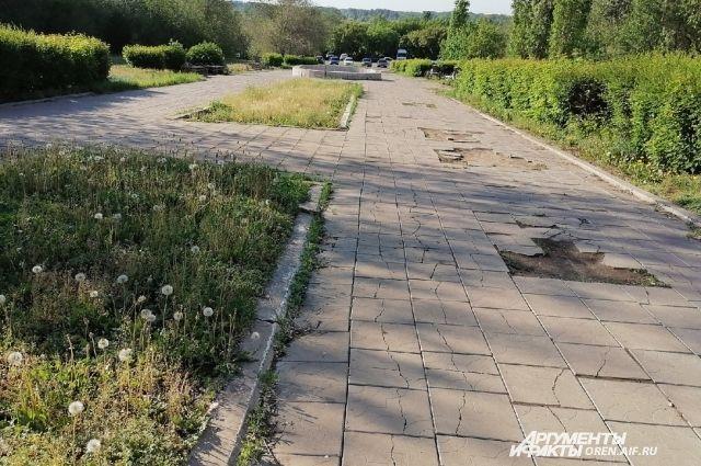 Жители центра Оренбурга позавидовали скверу им. Лебедева и Сираева.