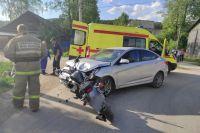 Когда сотрудники оперативных служб прибыли на место, они помогли транспортировать пострадавшего в ДТП 41-летнего мужчину до автомобиля скорой помощи.