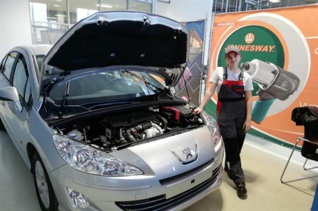 Девушка мечтает профессионально заниматься ремонтом автомобилей.