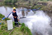 Спасатели делают заградительный бон.