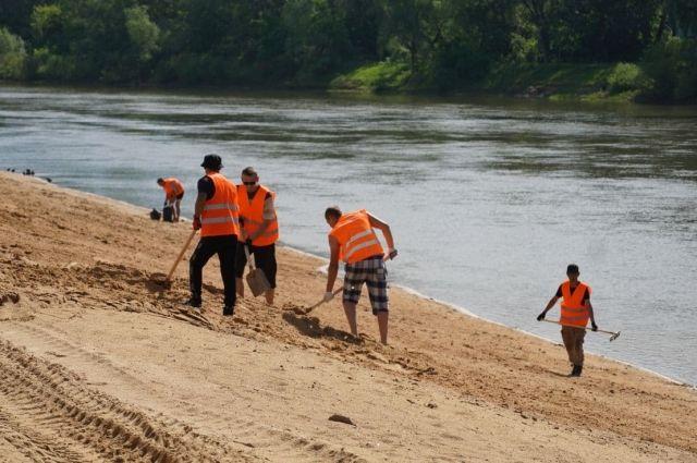 На пляж завезут около 900 тонн песка.