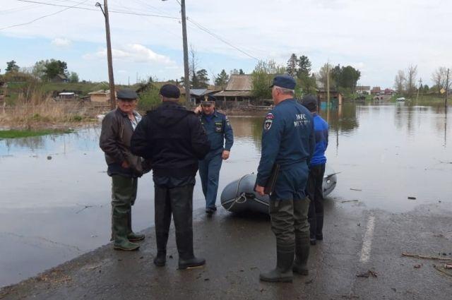 Затоплены приусадебные участки и дороги.