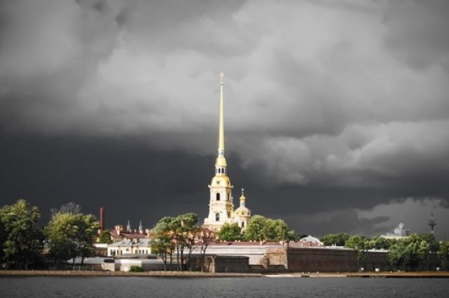 Петропавловская крепость Петербурга во время дождя