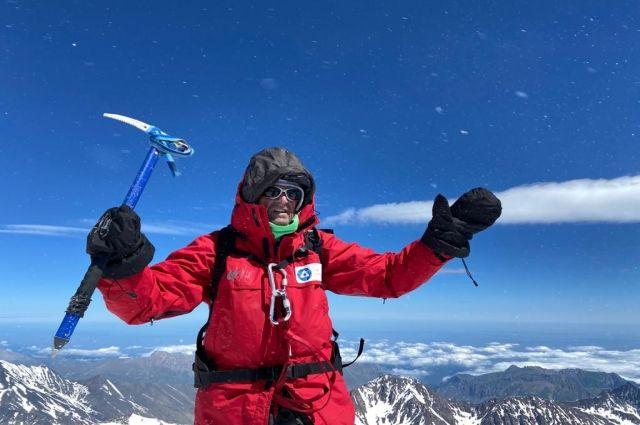 Команда ветеранов Красноярской федерации альпинизма совершила восхождение на 5033-метровую вершину горы Казбек.