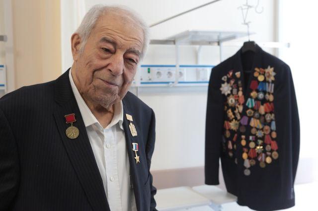 В прошлом году легендарному тренеру вручили звезду Героя труда РФ.