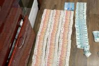 Оренбургские сотрудники ОМОН Управления Росгвардии обнаружили более миллиона рублей в квартирах работников незаконного казино.