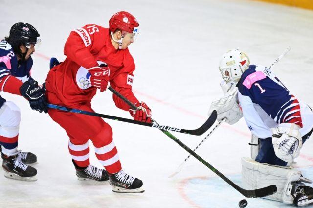 Павел Карнаухов (Россия) забивает шайбу в ворота вратаря Джексона Уистла (Великобритания) в матче группового этапа чемпионата мира по хоккею 2021 между сборными командами Великобритании и России. Рига, Латвия, 22.05.2021.