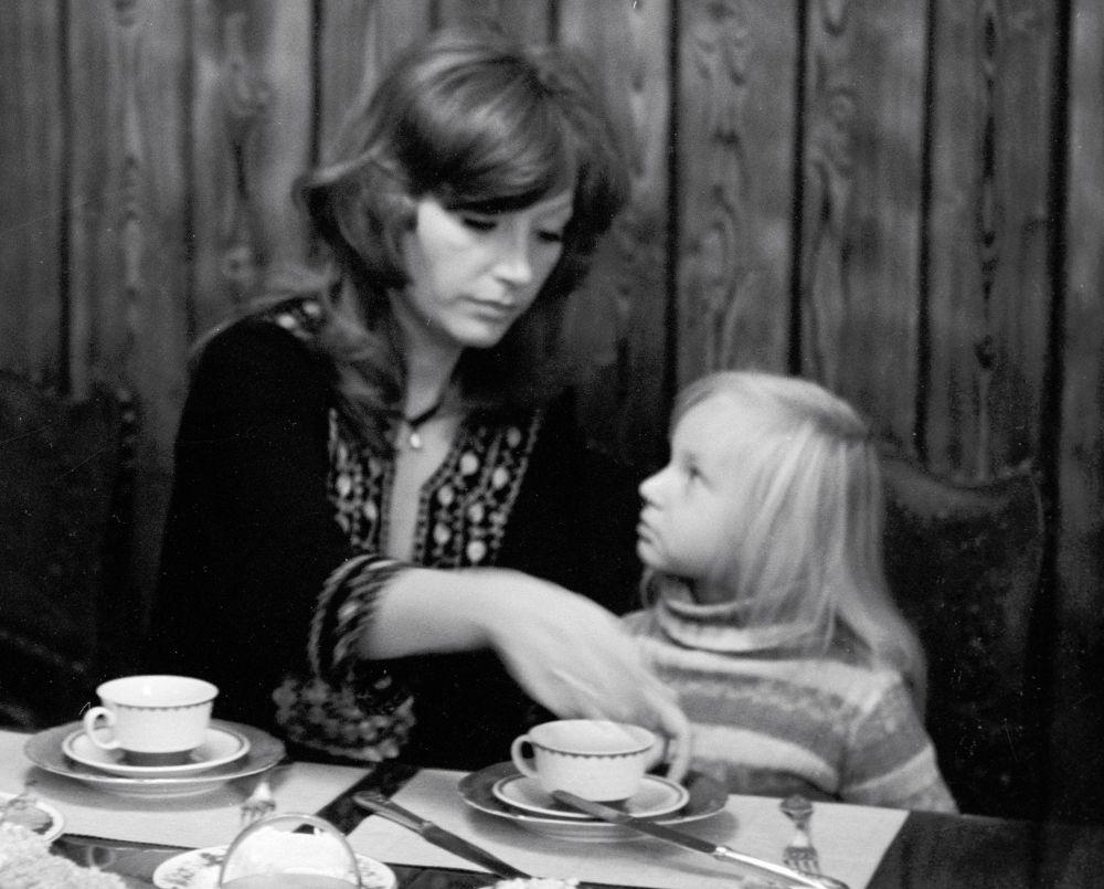 Алла Пугачева с дочерью Кристиной Орбакайте дома, 1978 год
