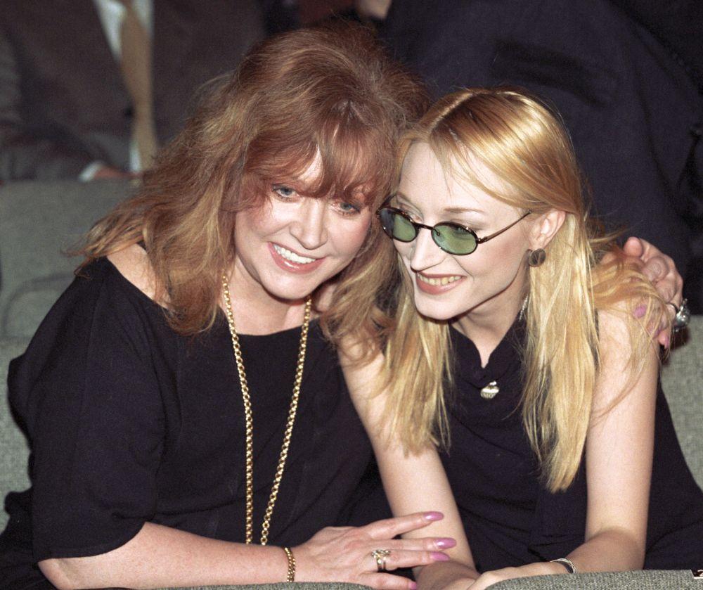 Алла Пугачева с дочерью Кристиной Орбакайте дома, 1999 год