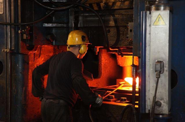 Если трудящемуся на опасном производстве выдают маску, каску и перчатки, то условия труда предлагают приравнять к безопасным.