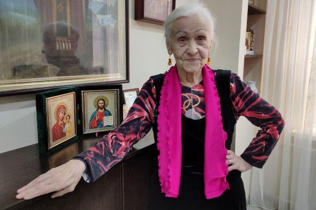 Надежда Кузьминична любит нарядные платья и каблуки