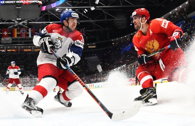 Игрок сборной Чехии Доминик Симон (слева) и игрок сборной России Александр Овечкин в матче чемпионата мира по хоккею за третье место между сборными командами России и Чехии.