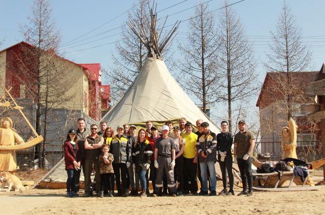 Участники привели в порядок территорию этнопарка вокруг ненецкого чума.
