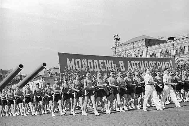 В СССР молодёжь получала чёткие жизненные ориентиры. Если дают в руки винтовку или идёшь служить в артиллерию – стреляй во врагов Страны Советов, а не в своих.