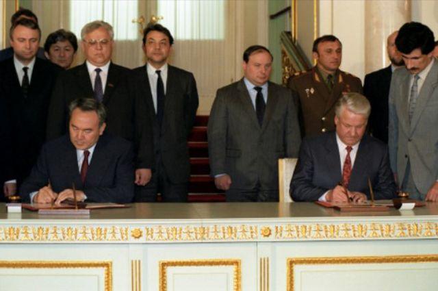 Нурсултан Назарбаев иБорис Ельцин подписывают вМоскве Договор одружбе, сотрудничестве ивзаимной помощи, 25мая 1992года.