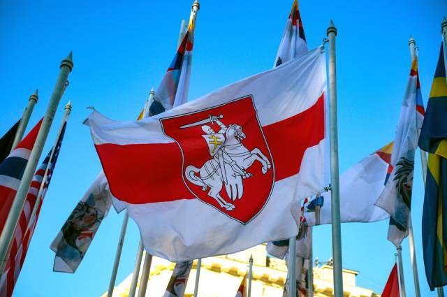 Флаг, традиционно используемый белорусской оппозицией, в центре Риги.